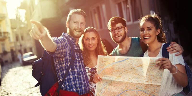 Gruppenreisen - Gruppe mit vier Personen und Karte - Fotolia 124320522