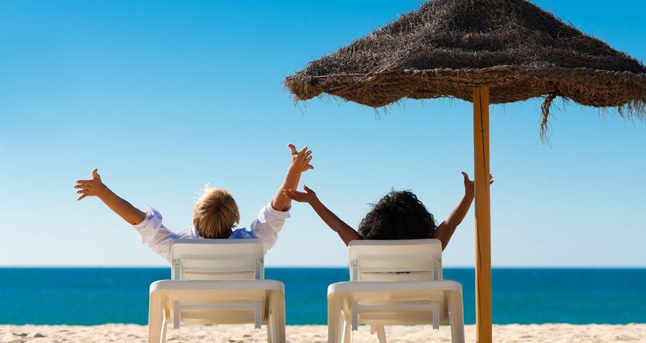 Last-Minute und Pauschalreisen - Paar am Strand - Fotolia 33209470